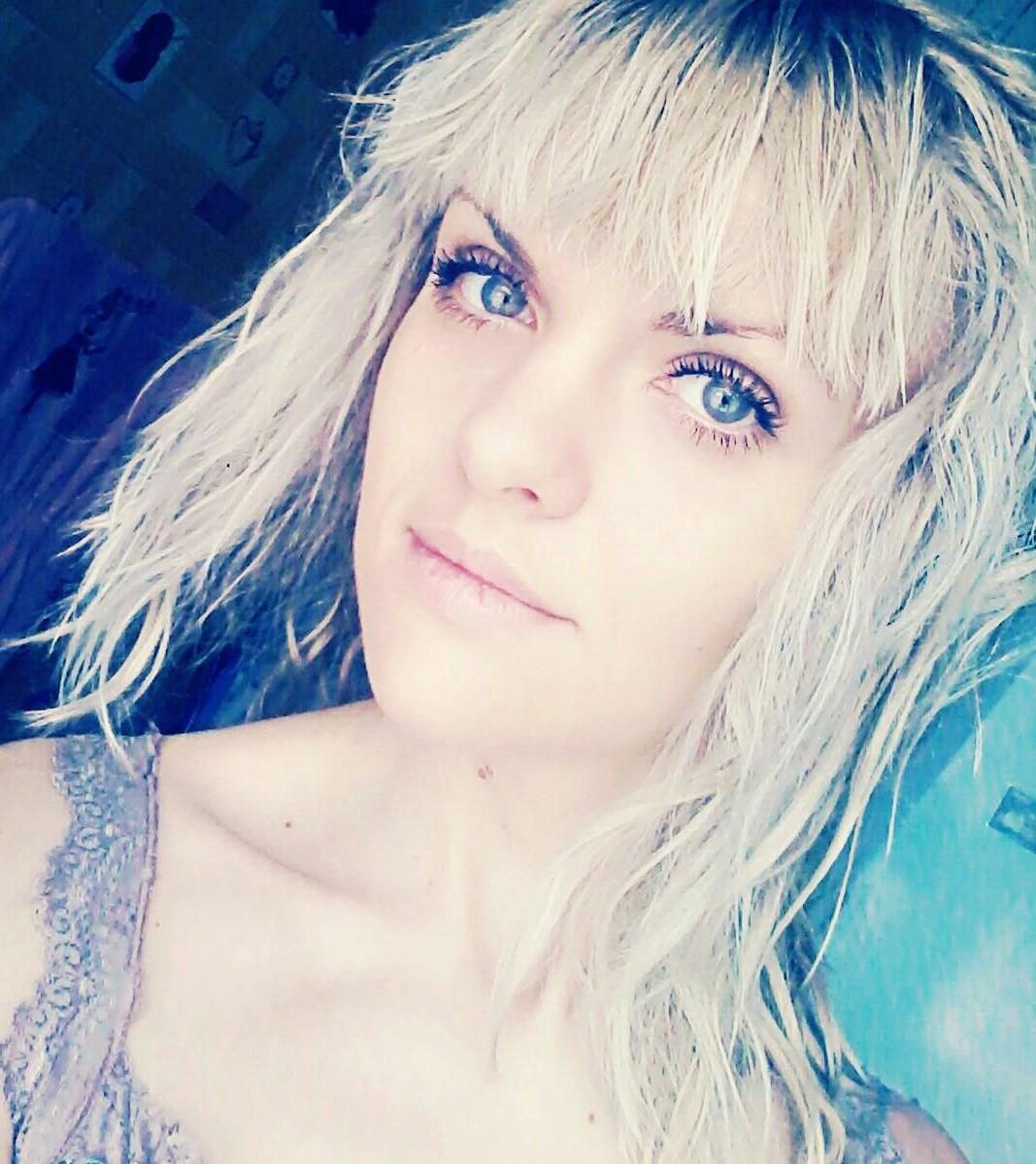 заката фото ювженко а в открытом пространстве, она