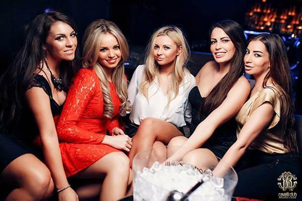 Девушки модели за модельный стол