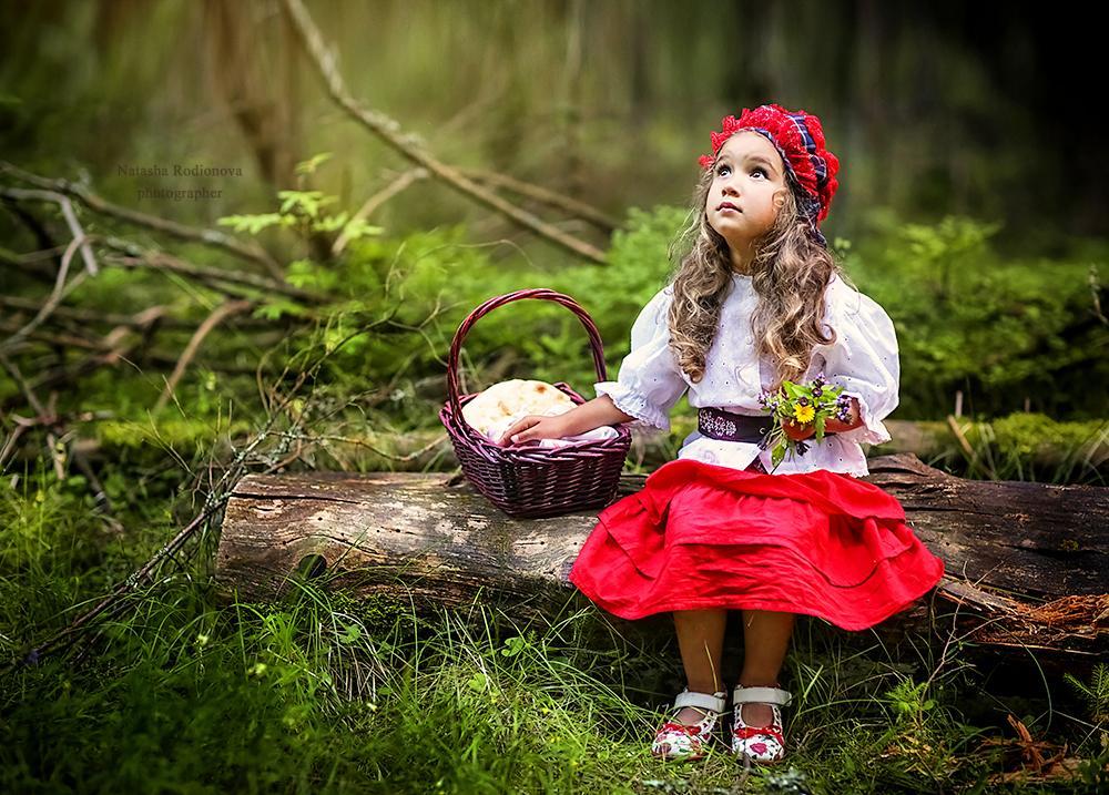 Девочка для сказочной фотосессии для разворота журнала о детках