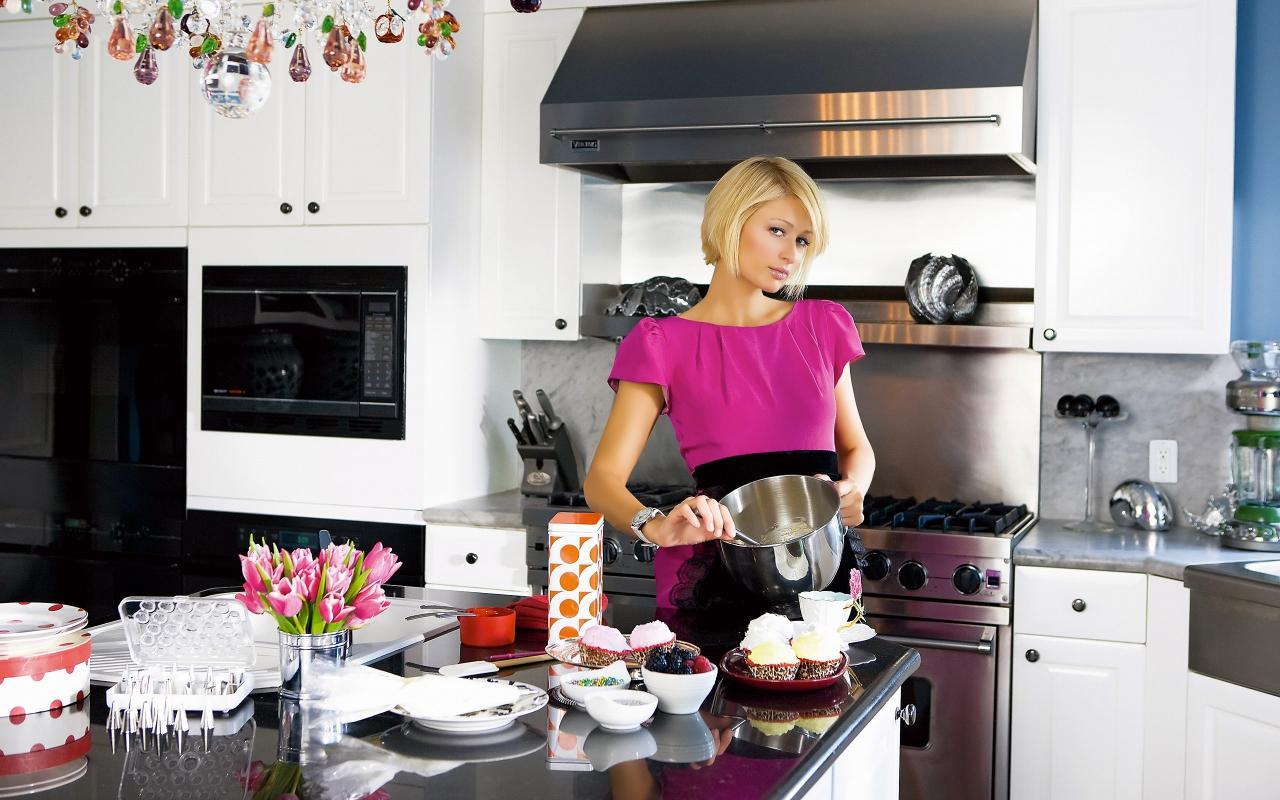 Для съемок нового, эксцентричного, модного кулинарного шоу требуются  привлекательные девушки