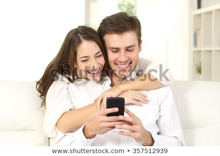 Молодые люди и девушки в рекламу для мобильного приложения.