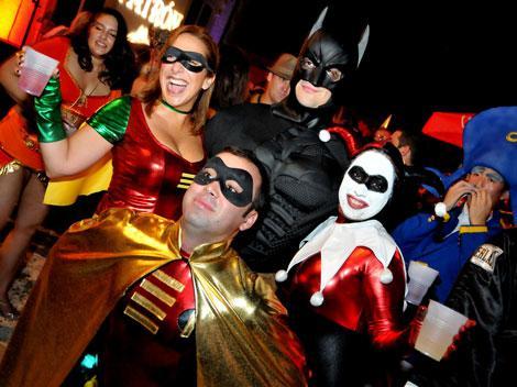 Парень и девушки в ролик для социальных сетей на Хэллоуин