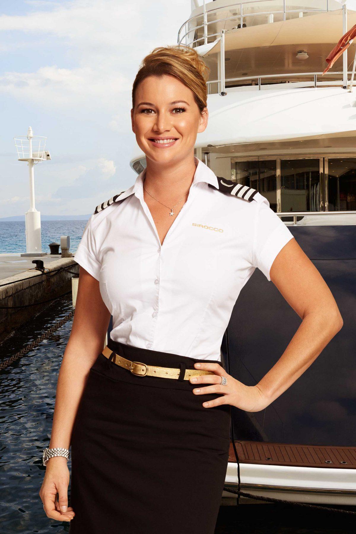 Требуется стюардесса на яхту.